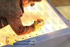 کارگران در حال ساخت دستگاه جوجه کشی